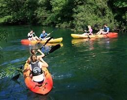 kayaking的图片释义。 如果您认为该图片不合适,可以上传新图片来帮助我们改进