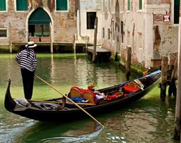 gondolas的图片释义。 如果您认为该图片不合适,可以上传新图片来帮助我们改进