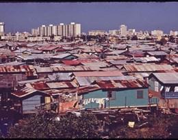 shanty town的图片释义。 如果您认为该图片不合适,可以上传新图片来帮助我们改进